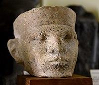 Известняковая голова короля.  По мнению Петри, это Нармер.  Купил Петри в Каире, Египет.  1-я династия.  Музей египетской археологии Петри, Лондон.jpg