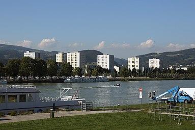 Linz Urfahr residential buildings Danube 2013.jpg