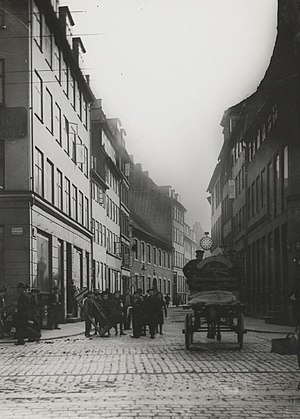 Møntergade - Møntergade in c. 1900: The eastern house row (right) was demolished in 1907 and the western (left) in 1908