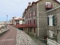Maisons du front de mer de Saint-Jean-de-Luz derrière la digue de protection.jpg