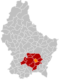 Map of Luxembourg with Sandweiler highlighted in orange, the district in dark grey, and the canton in dark red