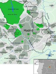 Mapa de la ciudad de Madrid y su entorno. Arterias principales en color blanco. En negro, límites del municipio.