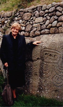 Marija Gimbutas bij steen 52, Newgrange, Ierland, in september 1989