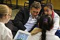 """Mauricio Macri con alumnos de una """"Escuela Verde"""" del barrio de La Boca (7795546150).jpg"""