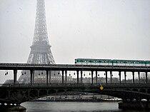 Metro de Paris ligne 6 traversee de la Seine, 2007.jpg