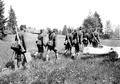 Mitrailleure marschieren mit ihrem Material in den Stellungsraum - CH-BAR - 3241252.tif