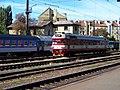 Nádraží Praha-Vršovice, provozní budova čp. 305 a motorový vůz 854.032.jpg