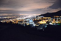 Nighttime view of İzmir from Narlıdere (2015-01-04 @pxhere 1076677).jpg