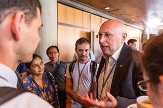 Lindau Nobel Laureate Meetings - Nobel laureate Stefan Hell in discussion with young scientists. Photo: Ch. Flemming/Lindau Nobel Laureate Meetings.