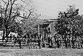 O'Sullivan, Timothy H. - Gerichtshaus von Appomattox, Soldaten der Union mit aufgestellten Gewehren (Zeno Fotografie).jpg