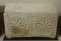 English: Jewish ossuaryFrançais: Ossuaire judaïque à décors de rosaces portant des graffiti