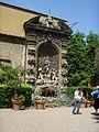 Palazzo Budini Gattai, fontana giardino 01.JPG