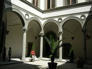 Palazzo Pazzi - Image: Palazzo pazzi, cortile 01