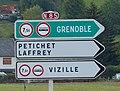 Panneaux D21b Grenoble Petichet Laffrey Vizille avec symboles SI3 et SI8.jpg