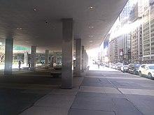Vue le long de Park Avenue, montrant les colonnes soutenant Lever House