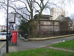Piccadilly line building Nightingale Road, Bounds Green 01.JPG