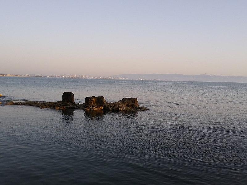 סלעים בחוף עכו