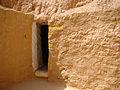 Porte intérieur d'une chambre à une pièce creusée dans la montagne.jpg