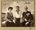 Portrett av Dronning Maud, Kronprins Olav og Kong Haakon VII, ca 1910 (6963741137).jpg