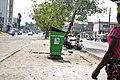 Poubelle déposée dans un plein central de rue à Cotonou au Bénin.jpg