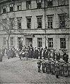 Powst. wielkopolscy w uroczystości zawiesz. sztand. z godłem Polski na ratuszu w Pleszewie 6.sty.1919.jpg