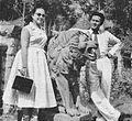 Ratna Ruthinah with lion statue, Film Varia 1.6 (May 1954), p15.jpg