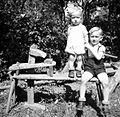 Rezivni stol z otrokoma, Male Lipljene 1948.jpg