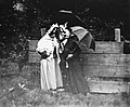Robes de dames clouées à la palissade, film de James Bamforth (1900). Image 1.jpg
