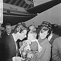 Rudi Carrell heeft de zilveren roos gewonnen. Bij zijn aankomst op Schiphol word, Bestanddeelnr 916-3508.jpg