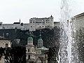 Salisburgo- Vista del castello dai giardini Mirabell - panoramio.jpg