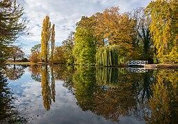 Schwetzingen - Schlossgarten - Großer Weiher - Westende mit Brücke im Herbst 2.jpg