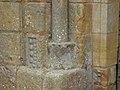 Sergeac église portail colonne base (1).jpg