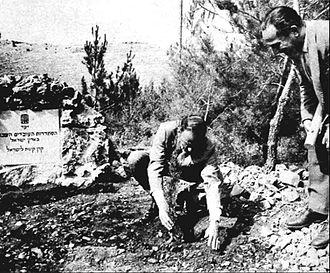 Frank Sinatra and Jewish activism - Sinatra planting a tree in Histadrut Forest of Jerusalem
