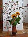 Sonnenblume mit Hundsrosehagebutten.JPG