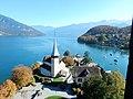 Spiez, église du château. Vue générale, avec lac de Thoune.jpg