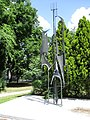 Spomenik u centu Ade, rad Aleksandra Zarina.jpg