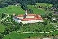 St. Georgen Längsee, ehemaliges Benediktinerinnenstift aus dem 12.Jh., 1783 aufgehoben, seit 1959 Schulstandort bzw. Bildungshaus, Hotel, Seminarzentrum der Diozöse Gurk.JPG