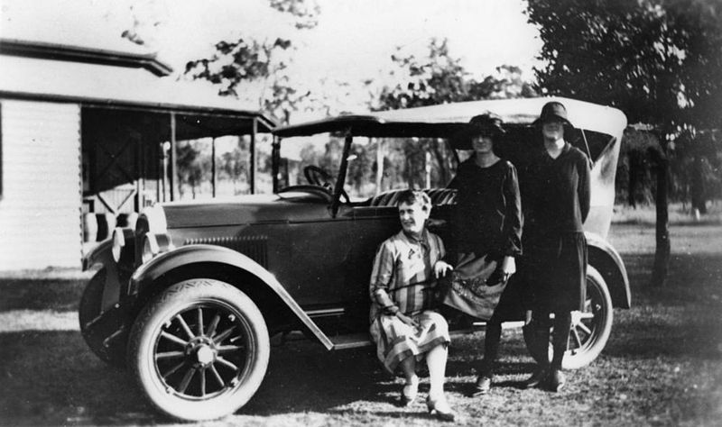 File Statelibqld 1 101736 Three Women Posing In Front Of A