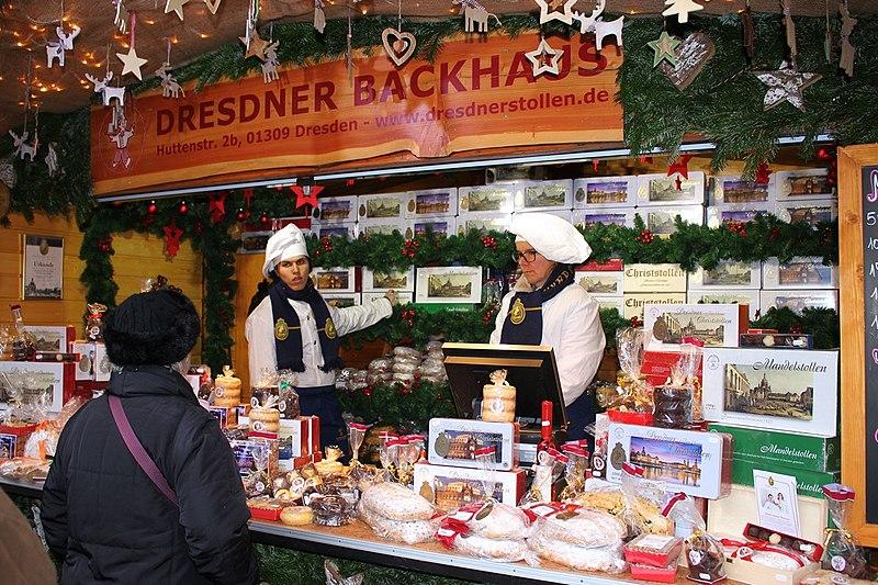 File:Stollenverkauf (Weihnachtsmarkt Dresden).jpg