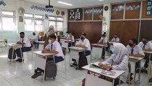 Файл: Студенты учатся в классе во время очного обучения в Паданге, Индонезия.webm