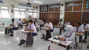 Fájl: A diákok tanulnak az osztályteremben a személyes tanulás során az indonéziai Padangban.webm