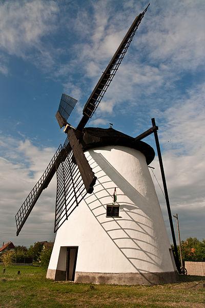 Windmill in Szeged, Hungary. Author: LaPanteraRosa, CC-BY-SA 2.5.