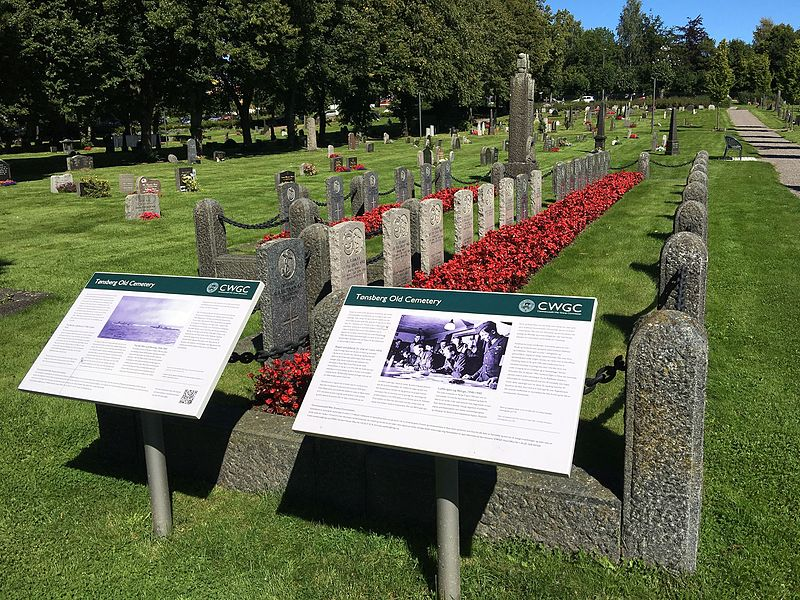 File:Tønsberg Old Cemetery Norway Commonwealth War Graves Commission British WWI memorial 1916 WWII graves 1945 posters 2016-08.jpg