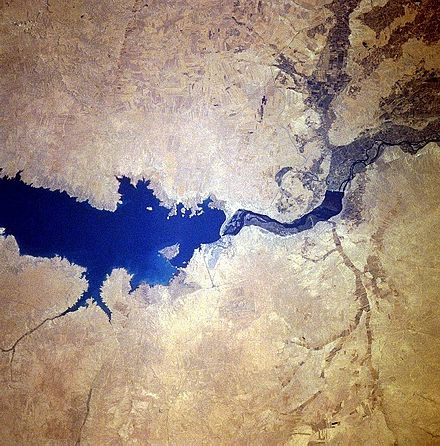Tabqa Dam (center), built-in 1974 Tabaqah assad.jpg