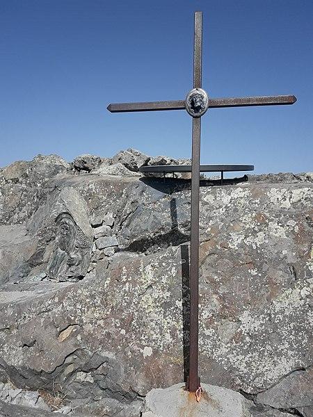 Table Orientation, croix et bas-relief San Petru