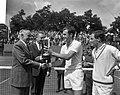 Tennis te Hilversum, John Newcombe krijgt beker, Bestanddeelnr 917-9969.jpg