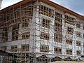 Thimphu - Eingerüstetes Haus im Zentrum.JPG