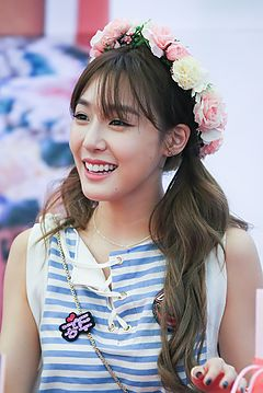Tiffany Hwang at a fansigning in Busan, in June 2016 05.jpg