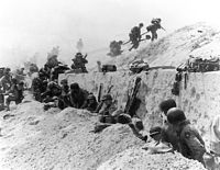 2º Guerra mundial.Sus archivos perdidos.. 200px-Troops_move_out_over_the_seawall_on_Utah_Beach