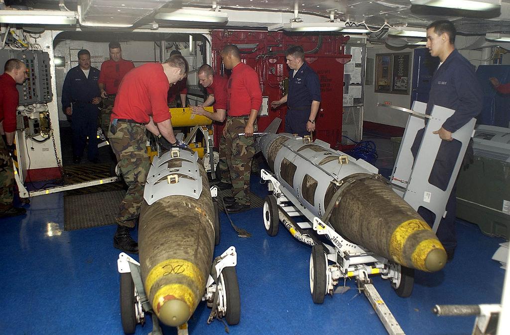 1024px-US_Navy_030319-N-4142G-020_Ordnance_handlers_assemble_Joint_Direct_Attack_Munition_%28JDAM%29_bombs_in_the_forward_mess_decks.jpg